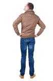 Tillbaka sikt av den stiliga mannen i den bruna vindtygsjackan som ser upp Royaltyfria Bilder