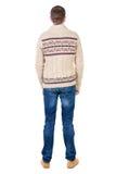 Tillbaka sikt av den stiliga mannen i den varma tröjan som ser upp Arkivbild