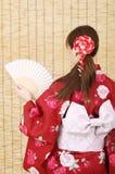 Tillbaka sikt av den unga asiatiska kvinnan Royaltyfri Bild