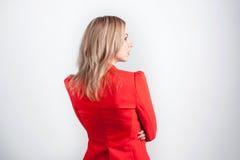 Tillbaka sikt av den unga kvinnan i rött omslag Arkivfoton