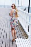 Tillbaka sikt av den unga kvinnlign med härligt blont rakt långt hår Arkivfoton