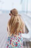Tillbaka sikt av den unga kvinnlign med härligt blont rakt långt hår Royaltyfria Foton