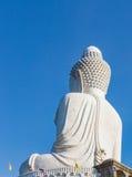 Tillbaka sikt av den vita marmorstatyn av den stora Buddha på bakgrund för blå himmel Royaltyfri Fotografi