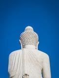 Tillbaka sikt av den vita marmorstatyn av den stora Buddha på bakgrund för blå himmel Arkivfoto