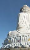 Tillbaka sikt av den vita marmorstatyn av den stora Buddha på bakgrund för blå himmel Arkivbild