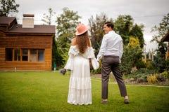 Tillbaka sikt av det lyckliga och härliga gifta paret royaltyfri foto