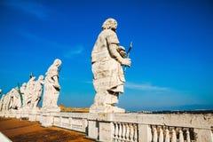Tillbaka sikt av elva statyer av helgonapostlarna Royaltyfri Foto