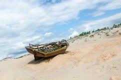 Tillbaka sikt av en bruten kanot över sanden Fotografering för Bildbyråer