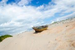 Tillbaka sikt av en bruten kanot över sanden Royaltyfria Foton