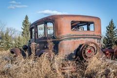 Tillbaka sikt av en gammal rostig bil för modell T Royaltyfria Foton