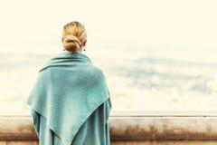 Tillbaka sikt av en kvinna med bundet blont hår Royaltyfri Bild