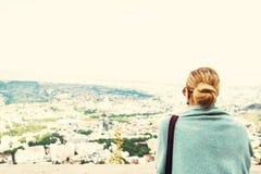 Tillbaka sikt av en kvinna med bundet blont hår Arkivfoton