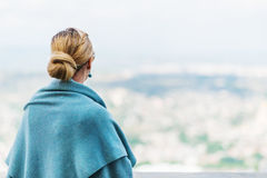 Tillbaka sikt av en kvinna med bundet blont hår Royaltyfri Foto