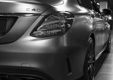 Tillbaka sikt av en Mercedes Benz C 43 2018 avgasrörsystem Bilyttersidadetaljer svart white Arkivfoton