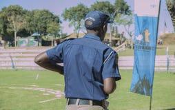 Tillbaka sikt av en söder - afrikansk polis Royaltyfri Fotografi