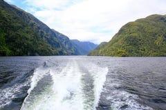 Tillbaka sikt av ett fartyg, härligt landskap milford nya sound zealand Royaltyfri Bild