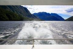 Tillbaka sikt av ett fartyg, härligt landskap Te Anau Nya Zeeland Royaltyfri Foto