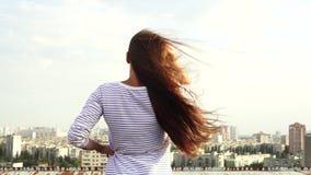 Tillbaka sikt av flickan och panoraman av staden stock video