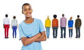 Tillbaka sikt av folk och en tonårs- pojke Royaltyfri Bild