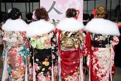 Tillbaka sikt av japanska unga kvinnor som bär kimonot Royaltyfri Fotografi
