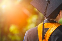 Tillbaka sikt av kandidater under avslutning Begreppsutbildningslyck?nskan i universitet arkivfoton