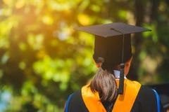 Tillbaka sikt av kandidater under avslutning Begreppsutbildningslyck?nskan i universitet arkivbild