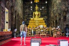 Tillbaka sikt av mannen i buddistisk tempel Royaltyfria Bilder