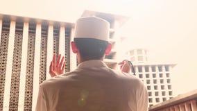Tillbaka sikt av muslimpersonen som ber i moské stock video