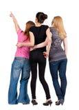Tillbaka sikt av peka för kvinnor för grupp ungt. Arkivbild