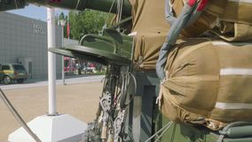Tillbaka sikt av rysshaubitens D-30 med att hoppa fallskärm systemet på det lager videofilmer