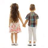 Tillbaka sikt av små ungar som rymmer händer Royaltyfria Foton