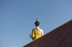 Tillbaka sikt av thai stora buddha med blå himmel Fotografering för Bildbyråer