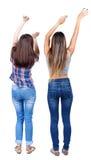 Tillbaka sikt av två dansa unga kvinnor Arkivbild