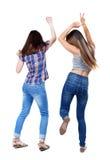 Tillbaka sikt av två dansa unga kvinnor Arkivfoton