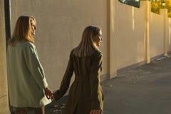 Tillbaka sikt av två flickor arkivfoto