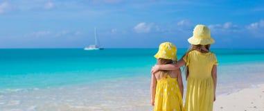 Tillbaka sikt av två lilla gulliga flickor som ser Arkivbild