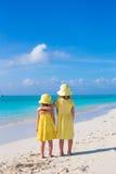 Tillbaka sikt av två små flickor under tropiskt Fotografering för Bildbyråer