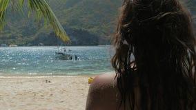 Tillbaka sikt av unga flickan som kopplar av p? en tropisk strand i solig dag Begreppsfrihet, livsstil, turism, ferie stock video
