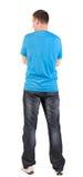 Tillbaka sikt av unga män i t-skjorta och jeans Arkivbilder