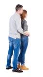 Tillbaka sikt av unga omfamna par (mannen och kvinnan) Arkivbilder