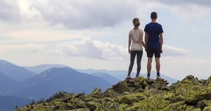 Tillbaka sikt av unga turist- par, den idrotts- mannen och slank flickast Arkivfoton