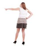 Tillbaka sikt av ungt blont peka för kvinna Royaltyfri Foto