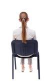 Tillbaka sikt av ungt härligt kvinnasammanträde på stol Royaltyfri Bild
