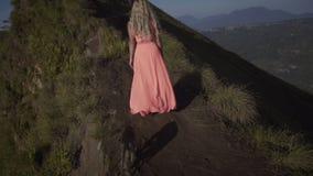 Tillbaka sikt på barfota ung kvinna stock video