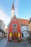 Tillbaka sikt till kyrkan för helig ande i den gamla staden av Tallinn i Es Royaltyfria Bilder