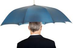 Tillbaka siktsaffärsman med paraplyet Arkivfoto