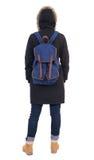 Tillbaka siktskvinna i vinteromslag med en ryggsäck som ser upp Arkivbilder