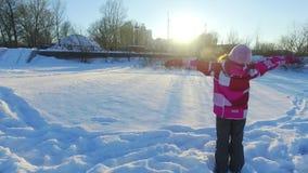 Tillbaka siktsliten flicka som vilar med modern Familjen som kopplar av i vinter, parkerar lager videofilmer