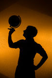 tillbaka silhouette för man för jordklotholdinglampa Fotografering för Bildbyråer