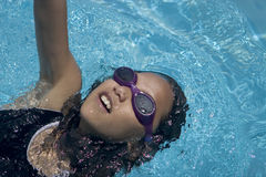 tillbaka simning arkivfoto